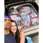 Дъглас и Наталия позират с покупките