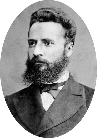 Истинският образ на Христо Ботев (на първата снимка)  и лъскавия портрет на официалния Ботев