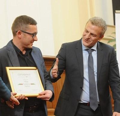 Министър Москов честити на д-р Янков отличието. СНИМКА: Алексей Димитров