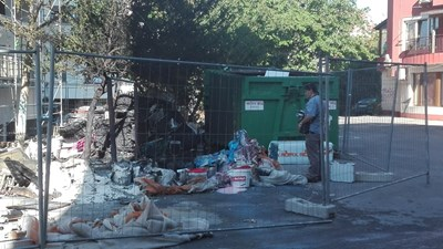 Около 16,15 часа са се запалили строителни материали, складирани около блока, който в момента се санира. Снимки ТОНИ ЩИЛИЯНОВА