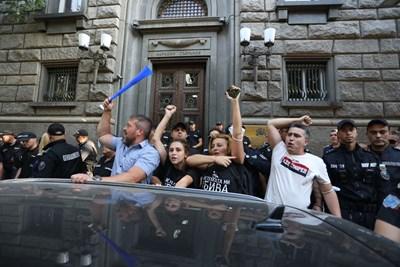 """Майките на деца с увреждания от """"Системата ни убива"""" се присъединиха към протеста, след като бяха изведени от парламента от служителите на НСО. СНИМКА: Николай Литов"""