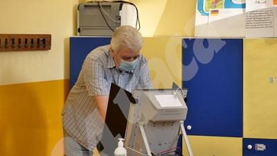 Мъж гласува на машина. СНИМКА: АРХИВ СНИМКА: 24 часа