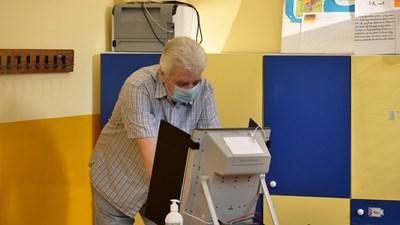 Мъж гласува на машина. СНИМКА: АРХИВ