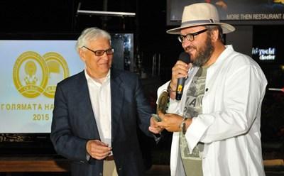 Мартин Карбовски получава наградата си от проф. Ивайло Знеполски.