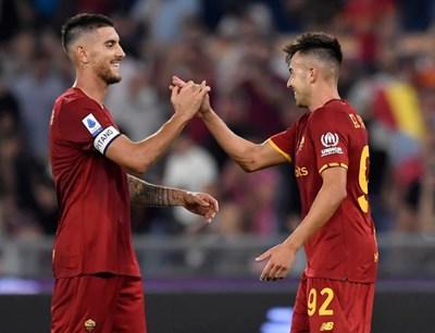 """Голмайсторите на """"Рома"""" се поздравяват след гола на Пелегрини."""
