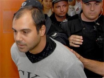 Полицаи водят Кирил Рашков-младши в съдебната зала в Асеновград. Той мълча през цялото време. Само каза, че иска от съда по-лека мярка за неотклонение. Това му искане обаче не беше прието. СНИМКА: АТАНАС КЪНЕВ