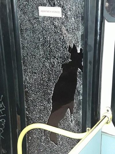 Стъклото на автобуса се пропукало и по-късно счупило от нападението. СНИМКИ: Фейсбук/Мартин Александров
