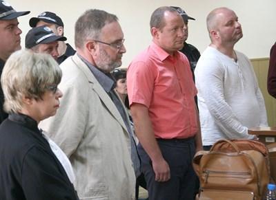 Задържаните Иван Деспотов и Влади Манев /вдясно/ с техните адвокати.