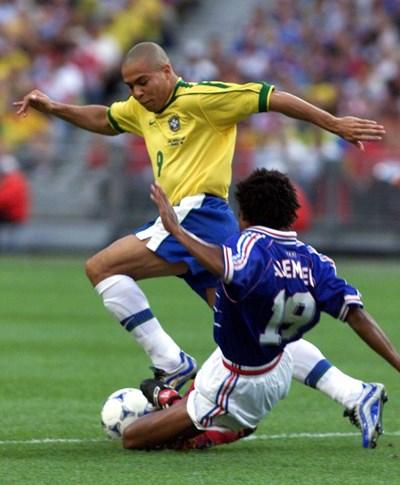 """Халфът на Франция Кристиан Карембьо (вдясно) се опитва да избие топката от краката на Роналдо (Бразилия) по време на финала на световното първенство преди 20 години, спечелен с 3:0 от """"петлите"""". СНИМКА: РОЙТЕРС"""