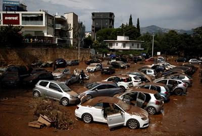 Десетки коли са затънали в кал, след като предградие на Атина бе наводнено. Порои заляха гръцката столица броени дни след опустошителните пожари.  СНИМКА: РОЙТЕРС
