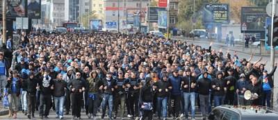 """Феновете на """"Левски"""" отдавна не бяха правили шествие преди дербито с ЦСКА, но сега смятат, че е наложително за спасяването на клуба."""