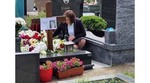 Защо й трябваше на Нинова да вика на помощ духа на Стефан Данаилов от гроба му?! Грешният ПР