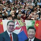 Митинг в подкрепа на правителството в Белград. Снимки на сръбският президент Вучич и китайския президент Си Дзинпин, който подркепи Сърбия в битката и с COVID-19 Снимка: Ройтерс