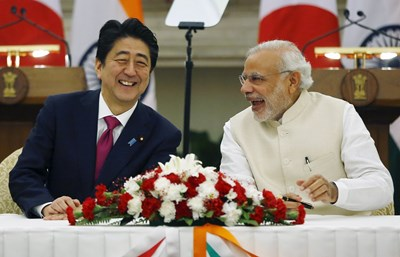 Премиерите Шиндзо Абе и Нарендра Моди са доволни, след като подписаха споразумение през 2015 г. Япония вложи $ 5 млрд. инвестиции в Индия само през 2016-2017 г., главно в инфраструктурата.   СНИМКА: РОЙТЕРС