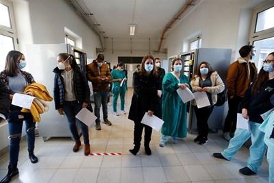 Медици от болница в Лисабон очакват да бъдат ваксинирани.