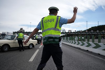 В Португалия също вилнее новия щам и полицаи не пускат хората извън Лисабон. СНИМКА: РОЙТЕРС