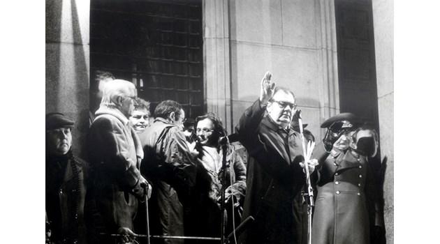 След 10 ноември вкарват бившия Първи във ВМА, за да не го убият