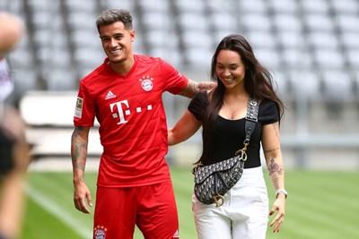 """Съпругата на Филипе Коутиньо - Аине, го придружава на """"Алианц Арена"""" при представянето на бразилеца като футболист на """"Байерн""""."""
