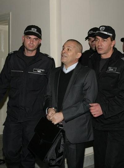 Полици водят Георги Вълев. Снимка Архив