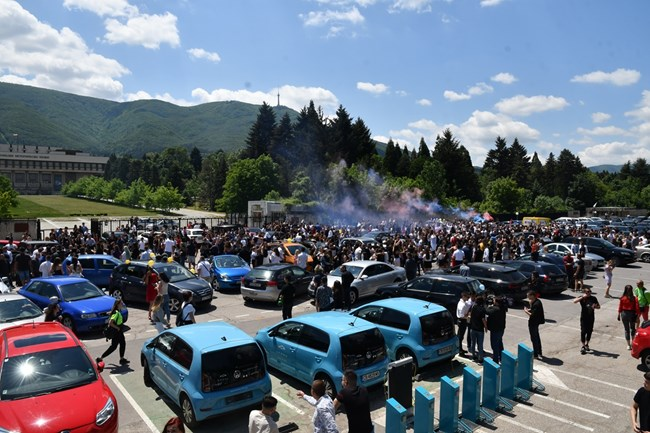 2000 абитуриенти празнуват край НИМ в Бояна (Видео, снимки ...