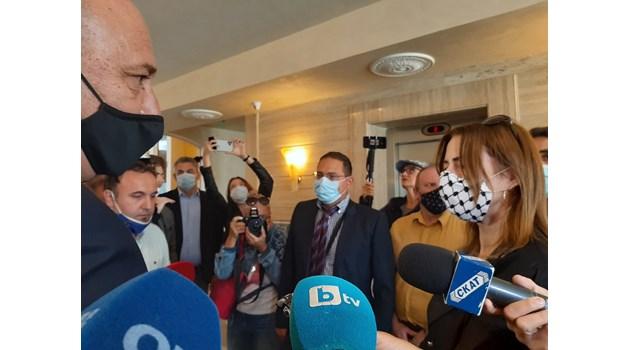 В Поморие евродепутатката Клеър Дейли се скри в апартамент на ирландец от медиите (Обзор)