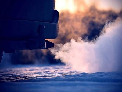Защо не е добре да затопляме двигателите на празен ход в студа