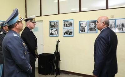 Началникът на отбраната адмирал Емил Ефтимов поздрави командно-преподавателския състав и курсантите по повод празника и се срещна с командването на Военновъздушната учебна база. Снимки министерство на отбраната