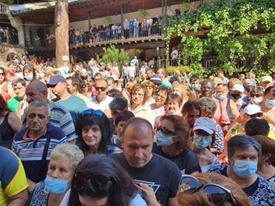 Стотици се молиха за здраве и изцеление в Троянския манастир