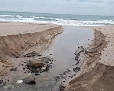 Проливните дъждове са накъсали на парчета плажната ивица.