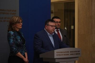 Сотир Цацаров (в средата) СНИМКИ: Николай Литов