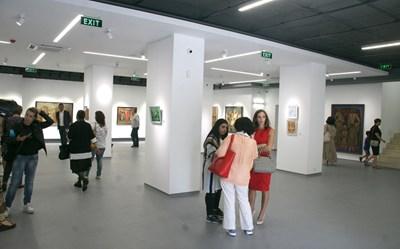 Първата изложба вече е подредена в новата галерия СНИМКА: Евгени Цветков