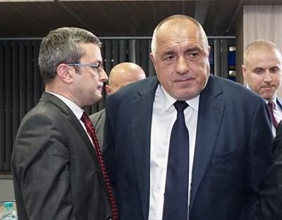Бойко Борисов и депутатът от ГЕРБ Тома Биков в партийната централа в нощта на изборите. На брифинг пред сградата Борисов отказа да отговаря на въпроси на журналисти от Би Ти Ви. Снимка ДЕСИСЛАВА КУЛЕЛИЕВА
