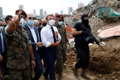 Еманюел Макрон посети опустошеното пристанище на Бейрут.   СНИМКА: РОЙТЕРС