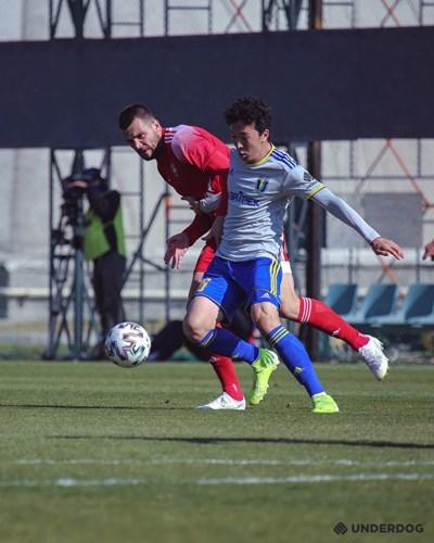 """Алекс Колев се бори за топката с противник от """"Жетису"""".  Снимка: сайт на """"Жетису"""""""