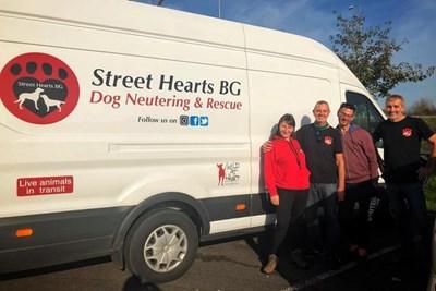 Бусът на Street Hearts Bulgaria, с който изоставените български кучета стигат до английските си осиновители. СНИМКА: ФЕЙСБУК