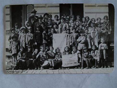 """Членове на въздържателното дружество при първоначално училище """"Йосиф I"""" и Първа прогимназия, 1930 г.  СНИМКИ: АРХИВ И АВТОРЪТ"""