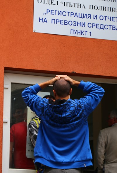 Младеж се е хванал за главата при вида на опашките за регистрация.  СНИМКИ: НАДЕЖДА ГЪРБОВА