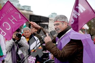 Лидерът на КНСБ Пламен Димитров е повел протест за по-високи доходи. Оглавеният от него синдикат е собственик на най-голямата и богата пенсионна компания.