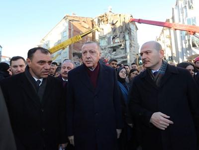 Реджеп Тайип Ердоган посещава най-тежко засегната от труса провинция Елязъг СНИМКА: Ройтерс