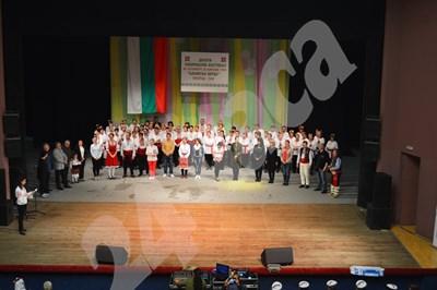 Ръководители, организатори и жури откриха заедно 10-ото издание на националния фестивал. СНИМКА: 24 часа