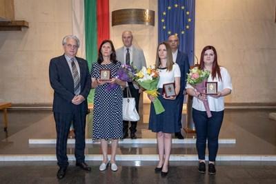 Вътрешният министър Бойко Рашков с наградените от него жени. Зад тях са главният секретар на МВР Стоян Темелакиев (вдясно) и зам. министърът Енчо Мирчев СНИМКА: МВР