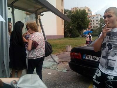 Шофьорът, предизвикал сблъсъка, пуши. Снимки: Веселина Божилова