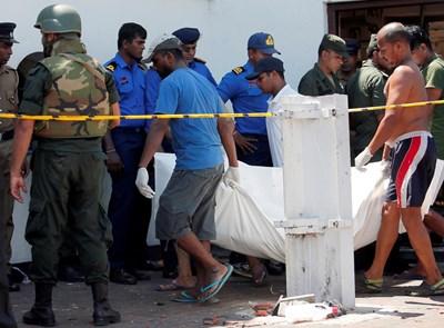 Медици изнасят телата на загинали при атаката срещу черква в Коломбо.