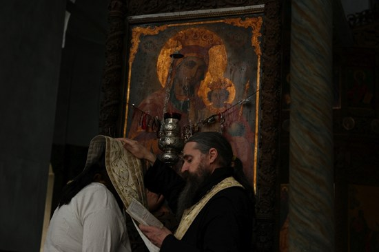 При дядо Христодул в Дряновския манастир винаги има голяма опашка от хора.