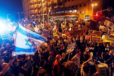За оставката на Нетаняху се настоява, защото не се е справил със защитата на работни места и бизнеси, засегнати от пандемията.