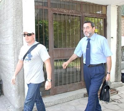 Михаил Цонков (вляво) с адвокат. Снимка Архив