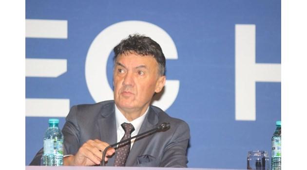 Михайлов запази БФС официално. Печели с 241 гласа, за Бербатов са 230