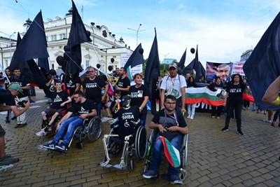 Най-отпред майка на дете с увреждания буташе инвалидна количка, в която беше сложен скелет СНИМКА: ЙОРДАН СИМЕОНОВ