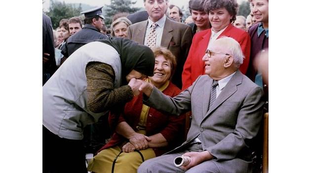 Живков подарява цветни телевизори на лекарите, оперирали простатата му. След интервенцията го накарали да стреля. Всички 10 куршума - в целта