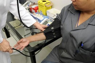 Горната граница на нормата на кръвното налягане за здрави хора е под 140/90.